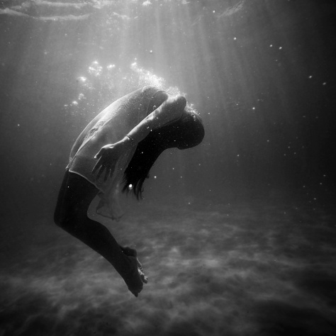 life-of-pix-free-stock-photos-girl-underwater-oxygene-fashion-black-white-joel-campbell
